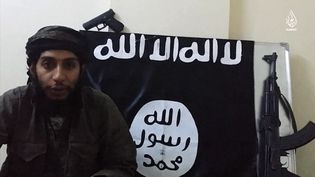 Capture d'écran d'une vidéo de propagande de l'Etat islamique, publiée le 24 janvier 2016, dans laquelle Abdelhamid Abaaoud apparaît. (HO / AL-HAYAT MEDIA CENTRE / AFP)