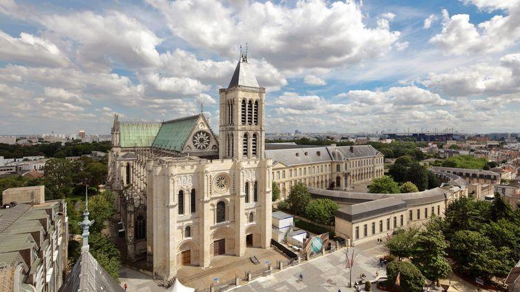 Vue aérienne de la façade ouest de la basilique Saint-Denis, restaurée en 2015,mais toujours privée de sa tour nord,démontée au XIXe siècle à la suite d'une tempête (MANUEL COHEN / AFP)