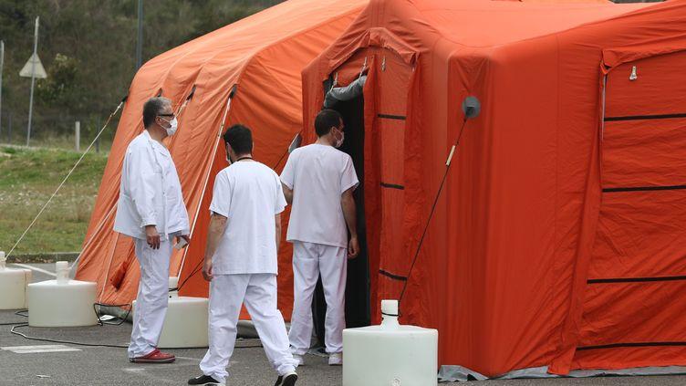 Des tentes d'un poste médical sur le parking de l'hôpital de Auch (Gers), le 13 mai 2020. (MAXPPP)
