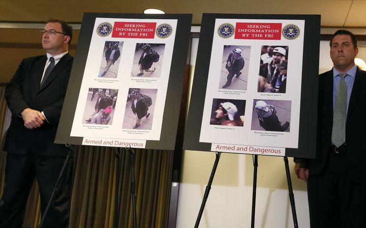Le FBI présente les photos des suspects recherchés dans l'enquête sur les attentats du marathon de Boston, le 18 avril 2013 à Boston (Massachusetts, Etats-Unis). (SHANNON STAPLETON / REUTERS)