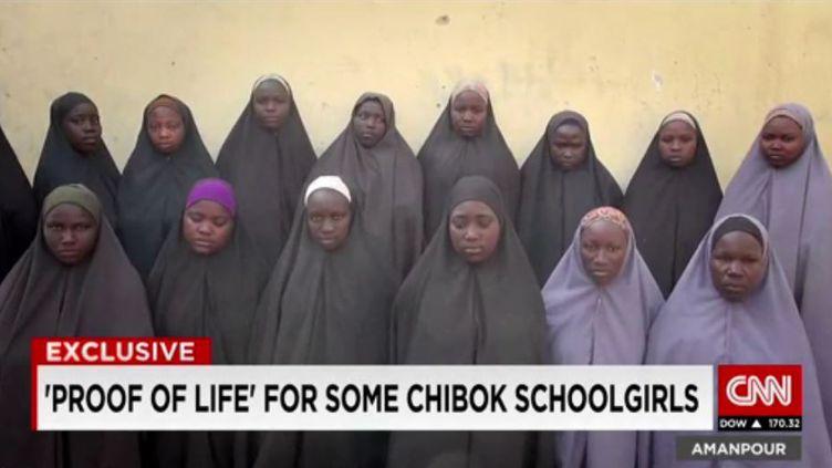 Une vidéo diffusée parCNN, le 13 avril 2016, montreune quinzaine de jeunes filles recouvertes d'un hijab noir, présentées comme les lycéennes enlevées par Boko Haram au Nigeria en 2014. (CNN)