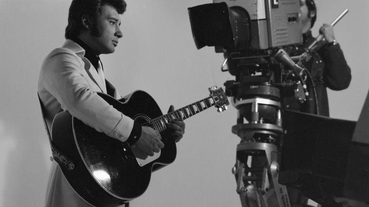 Johnny Hallyday enregistre une séquence pour la télévision, le 27 décembre 1966. (GEORGES GALMICHE / INA / AFP)