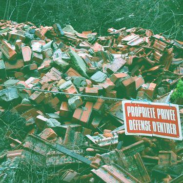 Desdébris de chantier abandonnés dans la nature, en décembre 2018, dans une commune située près de Roanne (Loire). (DR)