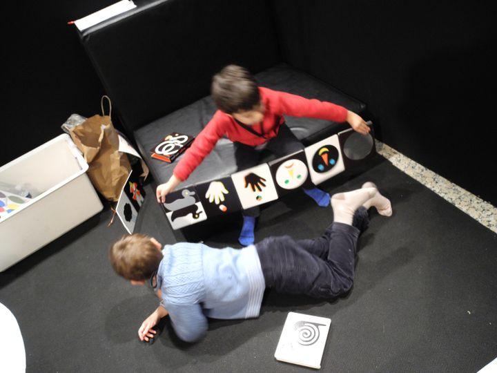 Les enfants avec l'imagier en accordéon de Pascale Estellon  (Laurence Houot / Culturebox)