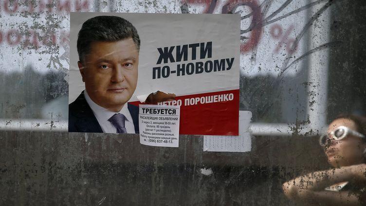Un tract électoral pour Petro Porochenko, collé sur un arrêt de bus, à Kiev, en Ukraine, lundi 26 mai 2014. (GLEB GARANICH  / REUTERS )