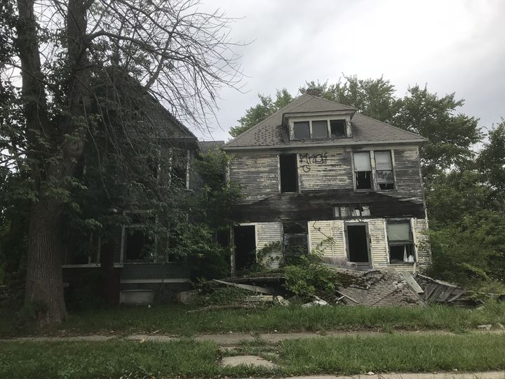Des maisons en ruine et envahies par la végétation à Detroit (Michigan) le 14 septembre 2018, dix ans après la crise des subprimes. (GREGORY PHILIPPS / RADIO FRANCE)