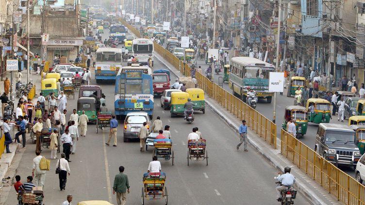 Circulation dans une rue de New Dehli, au cœur de Dehli, en Inde, le 22 mars 2004. (THOMAS IMO / PHOTOTHEK / GETTY IMAGES)