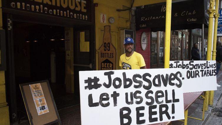 """""""Les emplois sauvent des vies, laissez-nous vendre de la bière"""", réclamait en juillet 2020un établissement du centre du Cap lors de la première interdiction de vente d'alcool. (RODGER BOSCH / AFP)"""
