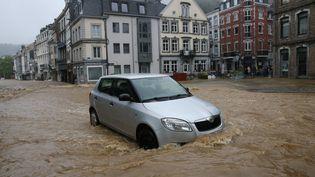 Un automobiliste est piégé dans les rues inondées de Spa, en Belgique, le 14 juillet 2021. (FRANCOIS WALSCHAERTS / AFP)