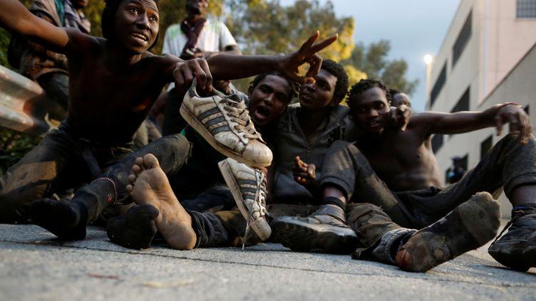 Des migrants laissent éclater leur joie après avoir franchi laclôture qui sépare le Maroc et l'enclave espagnole de Ceuta, le 17 février 2017. (REUTERS)