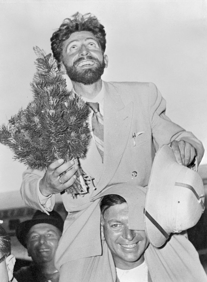 Hermann Buhl célèbre son ascension du Nanga Parbat à l'aéroport de Munich (Allemagne), le 27 juillet 1953. (BETTMANN / GETTY IMAGES)