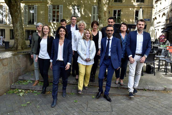 Aziz S'Kalli Bouaziza (en costume-cravate), le 11 mai 2017 à Bordeaux, aux côtés des autres candidats de La République en marche aux élections législatives en Gironde. (GEORGES GOBET / AFP)
