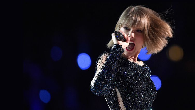Taylor Swift sur la scène des Grammy Award, à Los Angeles, le 14 février 2016  (Kevork Djansezian / Getty Images North America / AFP)