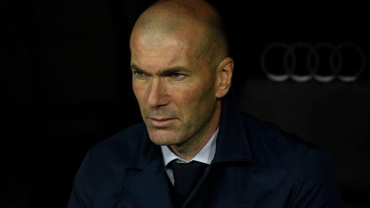 Zinédine Zidane sur le banc du Real Madrid, au stade Santiago Bernabeu, contre Barcelone, le 1er mars 2020. (OSCAR DEL POZO / AFP)
