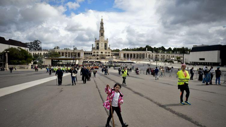 Les pélerinspourront prendre place sur la gigantesque esplanade au pied de la basilique de Fatima afin d'assister à une prière publique et une bénédiction du pape François. (PATRICIA DE MELO MOREIRA / AFP)