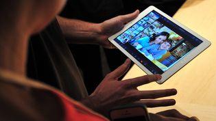 Une tablette iPad présentée dans une boutique à Londres, le 22 octobre 2013. (CARL COURT / AFP)