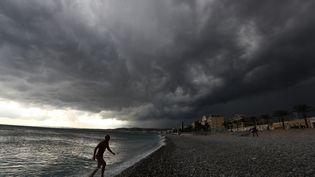 Un orage au dessus dela ville de Nice (Alpes-Maritimes), le 1er octobre 2018. (VALERY HACHE / AFP)