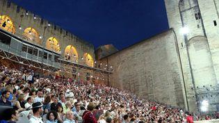 Festival d'Avignon : des spectateurs à la Cour d'honneur du Palais des papes.  (Angélique SUREL/PHOTOPQR/LE DAUPHINE)