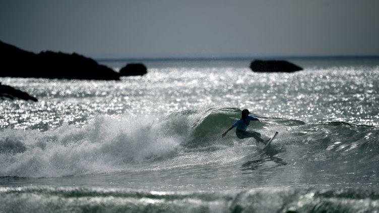 Une surfeuse à Lacanau, en Gironde, le 21 mai 2017. (FRANCK FIFE / AFP)
