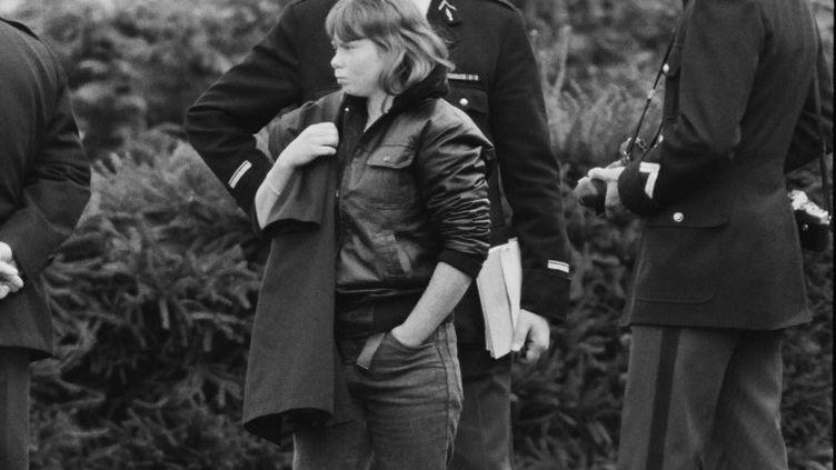 Murielle Bolle, témoin-clé dans l'affaire Grégory, entourée de gendarmes le 7 novembre 1984. (JEAN-CLAUDE DELMAS / AFP)