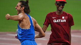 Gianmarco Tamberi etMutaz Essa Barshim célèbrent leur médaille d'or partagée en saut en hauteur, le 1er août 2021, à Tokyo. (GRIGORY SYSOEV / SPUTNIK)