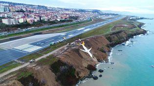 L'appareil de la compagniePegasus Airlines a dérapé sur la piste d'atterrissage de Trabzon (Turquie) et finit sa course au bord d'une falaise, samedi 13 janvier 2018. (TURKISH AIR NEWS)