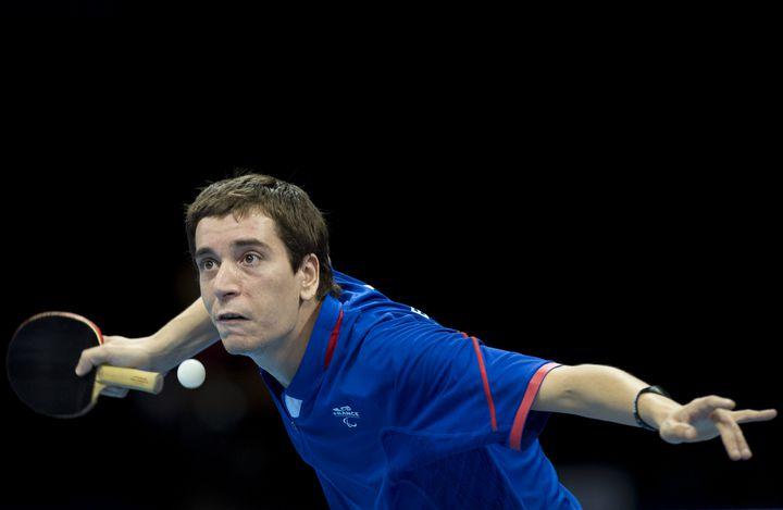 Le Français Pascal Pereira-Leal dispute un match contre le PolonaisPawel Olejarski aux Jeux paralympiques de Londres (Royaume-Uni), le 3 septembre 2012. (BEN STANSALL / AFP)
