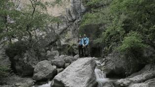 Deux sportifs passionnés de nature recherchent des sites hors normes pour pêcher la truite sauvage, notamment dans les Alpes-de-Haute-Provence. (FRANCE 2)