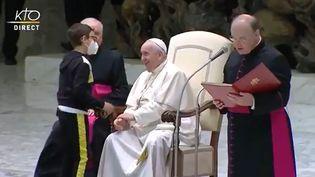 La scène de l'enfant et du chapeau du pape François capturée par la chaîne KTO, le 20 octobre 2021. (CAPTURE D'ÉCRAN)