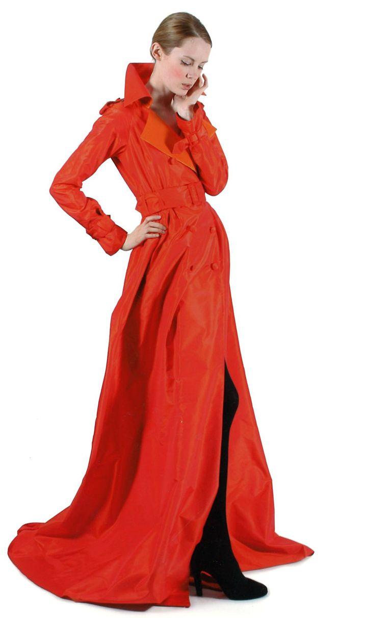 Takada automne-hiver 2007-08 : manteau du soir en taffetas de soie changeant orange et rouge, ceinture. Estimation pour la vente Artcuiral : 300/500 € (Takada)