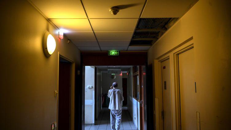Ces derniers jours, les urgences de l'hôpital Saint-Antoine, à Paris, ont dû prendre en charge de plus en plus de patients en détresse psychologique. (CHRISTOPHE ARCHAMBAULT / AFP)