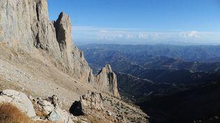 Une vue depuis les montagnes escarpées et difficilement accessibles du Djurdjura (Algérie), le 23 septembre 2014. (FAROUK BATICHE / AFP)