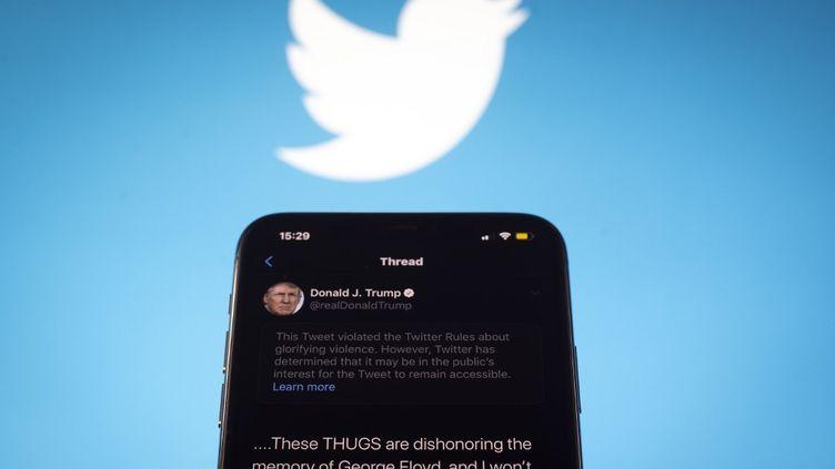 La vidéo retweetée a disparu le 18 juillet 2020 dans la soirée du fil de Donald Trump, avec une notification de Twitter. (JAAP ARRIENS / NURPHOTO / AFP)