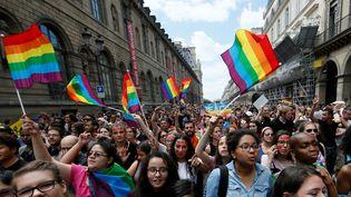 Des manifestants lors de la 40e Marche des fiertés à Paris, le 24 juin 2017. (GONZALO FUENTES / REUTERS)
