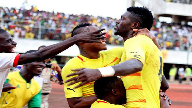 Emmanuel Adebayor congratulé par ses coéquipiers après avoir marqué contre le Gabon le but qui qualifiait le Togo pour la Can (EMILE KOUTON / AFP)