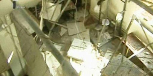 Selon la télévision syrienne, cette image montre les dégâts subis par un bâtiment officiel lors d'un raid aérien israélien en Syrie le 29 janvier 2013. La presse de l'Etat hébreu affirme que ce raid avait pour but de viser un centre de recherche chargé du développement d'armes chimiques. (AFP - Syrian TV)