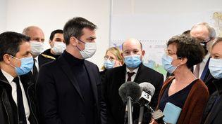 Le ministre de la Santé Olivier Véran, parle avec le député de la MoselleBelkhir Belhaddad (à gauche) et Véronique Cayre, la directrice de l'Agence regionale de Santé (ARS) à Metz (Moselle), le 12 février 2021. (JEAN-CHRISTOPHE VERHAEGEN / AFP)