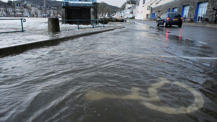 25 décembre 2013 débordement d'un cours d'eau dans les rues de Chateaulin (Finistère) après le passage due la tempête Dirk (FRED TANNEAU / AFP)