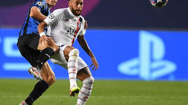Le défenseur italien,Mattia Caldara, et l'attaquant parisien, Neymar, le 12 août 2020. (DAVID RAMOS / POOL / AFP)
