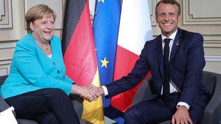 La chancelièreallemande Angela Merkel et le président Emmanuel Macron, le 24 août 2019 à Biarritz (Pyrénées-Atlantiques), en marge du sommet du G7. (LUDOVIC MARIN / AFP)