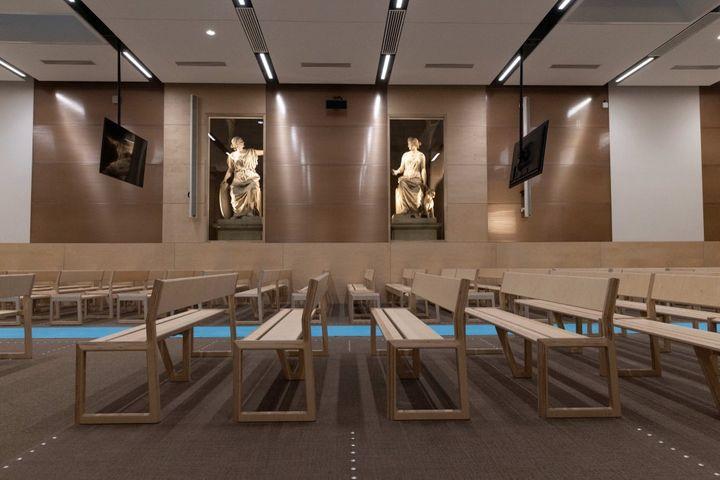 """Vue des bancs de la salle d'audience """"grand procès"""", au palais de justice de l'île de la Cité, à Paris, le 4 juin 2021. (THOMAS SAMSON / AFP)"""