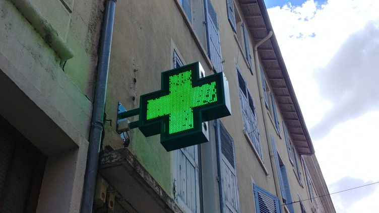 La croix d'une pharmacie à Valence (Drôme). (ADÈLE BOSSARD / RADIOFRANCE)