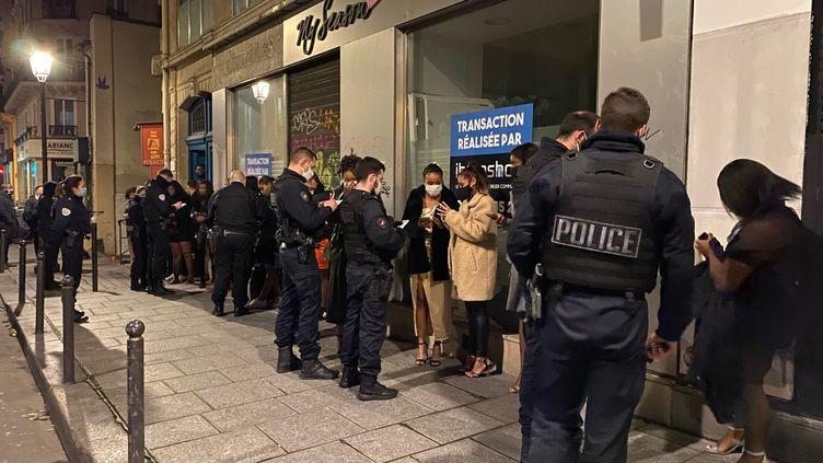 La police verbalise des fêtards évacués d'un appartement. (BORIS LOUMAGNE / RADIO FRANCE)