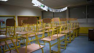 Une salle de classe vide, le 24 mars 2020 à Ploemeur (Morbihan). (MANON CAVERIBERE / HANS LUCAS / AFP)