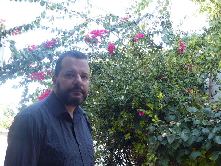 Mounir Baatour dans le jardin de son cabinet d'avocat à Tunis le 11 octobre 2019 (FTV - Laurent Ribadeau Dumas)