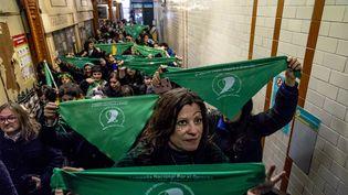 Manifestants pro-avortement dans le métro de Buenos Aires, Argentine, le 31 juillet 2018. (ANITA POUCHARD SERRA / HANS LUCAS / AFP)