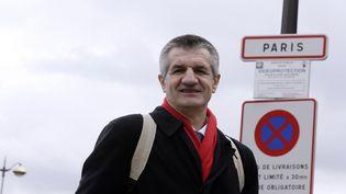 Le député Jean Lassalle au départ de son tour de France, à Paris, en avril 2013. (KENZO TRIBOUILLARD / AFP)