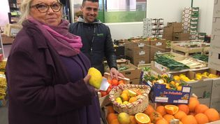 Elodie Zeiher et Christophe devant leur stand d'agrumes bios à Rungis (Laurent Mariotte / Radio France)