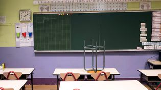 Une salle de classe vide dans le 10e arrondissement de Paris en septembre 2017. (MAXPPP)