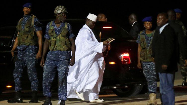 L'ancien président gambienYahya Jammeh à l'aéroport de Banjul avant de partir pour l'exil le 21 janvier 2017. (REUTERS - THIERRY GOUEGNON / REUTERS)